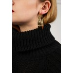 Linked earings with pattern