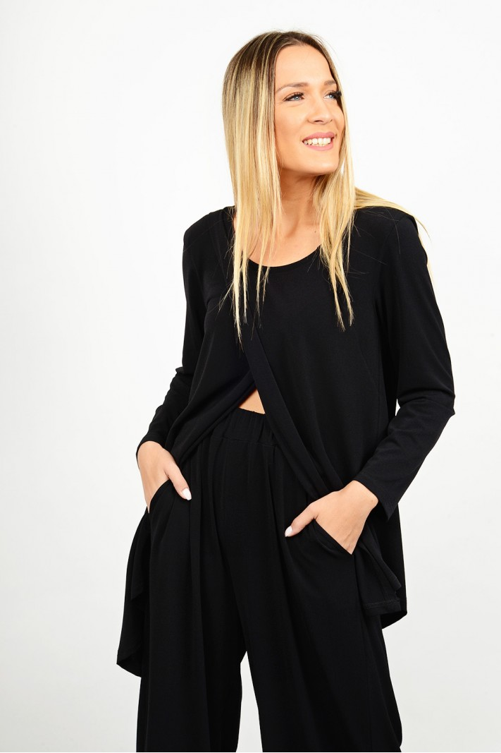 Asymmetrical blouse with envelope closing